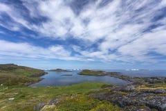 Береговая линия острова Fogo; айсберги и облака Стоковые Изображения
