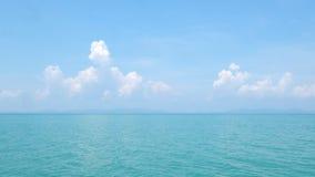 Береговая линия с белыми облаками Стоковое Изображение
