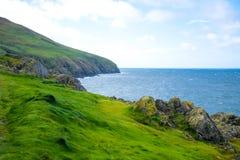 Береговая линия с зеленой травой в Дугласе, острове Мэн стоковая фотография rf
