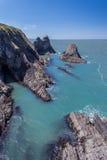 Береговая линия с пещерой моря Стоковые Фотографии RF