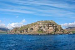 Береговая линия Фарерских островов от моря Стоковые Изображения RF