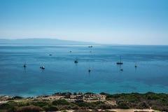 Береговая линия San Giovanni di Sinis на солнечный день в Сардинии стоковое изображение