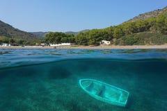 Береговая линия Испании и развалина маленькой лодки подводная Стоковая Фотография RF