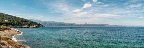 Береговая линия и Pebble Beach на Farinole в Корсике стоковое изображение