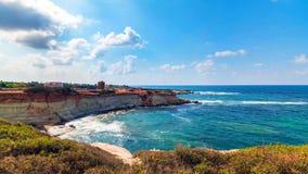 Береговая линия Кипра красивая, Средиземное море цвета бирюзы стоковое изображение