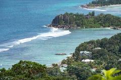 Береговая линия Mahé, Сейшельских островов с домами и утесами гранита стоковая фотография