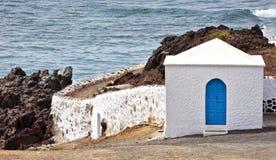 Береговая линия Olcanic с шикарной домом, El Golfo Стоковое фото RF