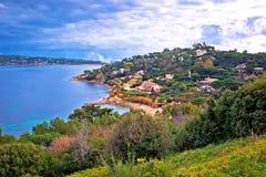 Береговая линия St Tropez роскошная и зеленый взгляд ландшафта, известное туристское назначение на французской ривьере стоковое фото rf