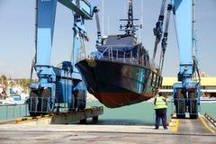 Береговая охрана испанских таможен над travelift перед идет к воде стоковая фотография rf