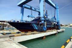 Береговая охрана испанских таможен над travelift перед идет к воде стоковая фотография