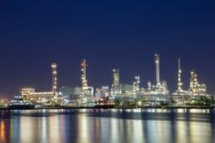 Береговой рафинадный завод в Таиланде для того чтобы дистиллировать сырую нефть от платформы оффшорной нефти и газ центральной об Стоковое Изображение RF