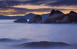 Берег захода солнца Tahoe утесистый Стоковое Изображение RF