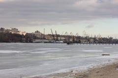 Берег зимы реки обозревая портовый район ` s городка стоковое изображение