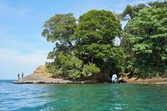 Берег Коста-Рика с естественной пещерой в утесе Стоковая Фотография RF