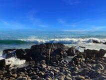 Берег ломая волны причаливая стоковая фотография rf