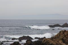 Берег моря вдоль утеса Китая, привода 17 миль, Калифорнии, США Стоковое Фото