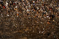 Берег моря заполненный с раковинами и другими вещами стоковая фотография
