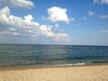 Берег моря и голубое небо с белыми облаками Стоковое Изображение