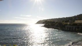 Берег моря крышки Ferrat в солнечном зимнем дне сток-видео
