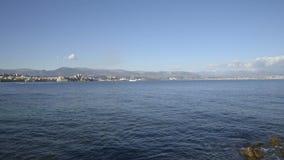 Берег моря крышки Ferrat в солнечном зимнем дне акции видеоматериалы