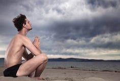 берег моря раздумья человека Стоковое Фото