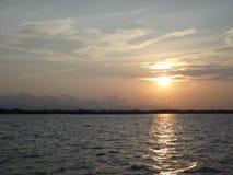 Берег моря сельчанина образа жизни Солнця установленный в Таиланде Стоковое фото RF