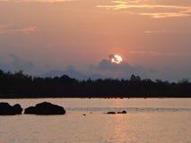 Берег моря сельчанина образа жизни Солнця установленный в Таиланде Стоковые Изображения