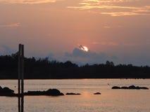 Берег моря сельчанина образа жизни Солнця установленный в Таиланде Стоковая Фотография