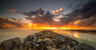 Берег моря Pottsville на восходе солнца стоковая фотография rf