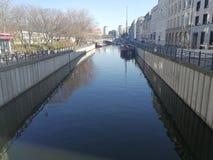 Берег оживления реки в Берлине, Германии Стоковые Изображения RF