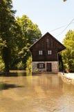 берег озера деревенского дома Стоковые Изображения