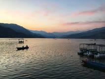 Берег озера для гребли в Непале стоковое изображение rf