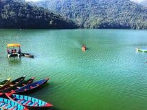 Берег озера для гребли в Непале стоковые фотографии rf