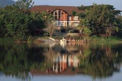 берег озера дома Стоковая Фотография