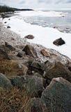 Берег озера зим скалистый Стоковое Изображение RF