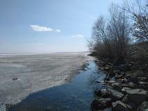 Берег озера начал плавить стоковое фото