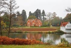 берег озера сельского дома осени английский Стоковые Изображения RF