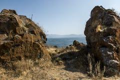 Берег озера Sevan в районе монастыря Sevanavank Стоковая Фотография
