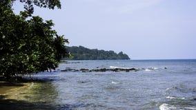 берег пляжа утесистый Стоковая Фотография