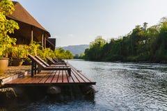 Берег реки бассейна кровати на kanchanaburi Таиланде стоковое изображение