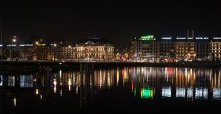 Берег реки города Женевы на ноче стоковые фотографии rf