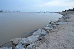 Берег реки - городской край стоковое изображение