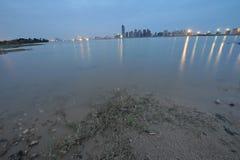 Берег реки - городской край стоковые фотографии rf