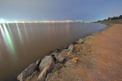 Берег реки - городской край стоковое изображение rf