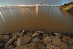 Берег реки - городской край стоковые изображения rf