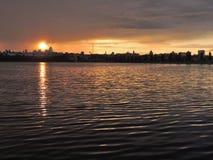 Берег реки города на дождливый день стоковое изображение