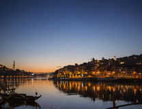 Берег реки городка и Дуэро Порту старый в Португалии на ноче Стоковые Фото