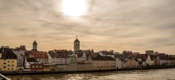 Берег реки Дуная в Регенсбурге, Германии v2 Стоковая Фотография RF