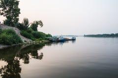 Берег реки и вода в реке Стоковое Изображение