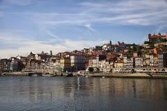 Берег реки и старые европейские кварталы на обваловке Стоковые Изображения RF